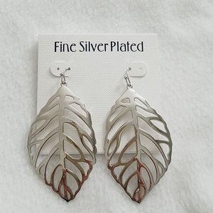 New Silver plated gorgeous leaf earrings